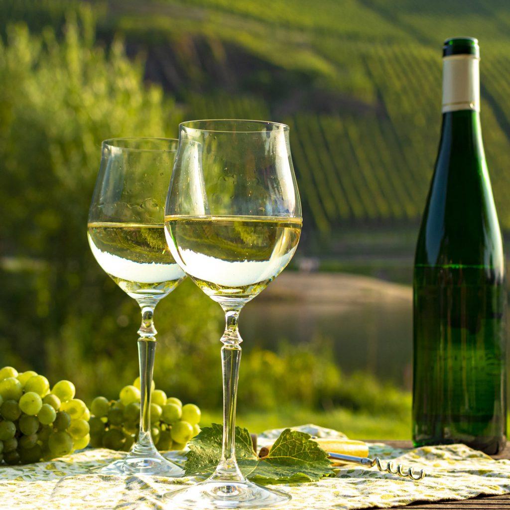 twee glazen gevuld met witte wijn van the native chef